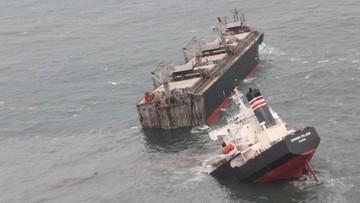 Statek złamał się na dwie części. Doszło do wycieku ropy