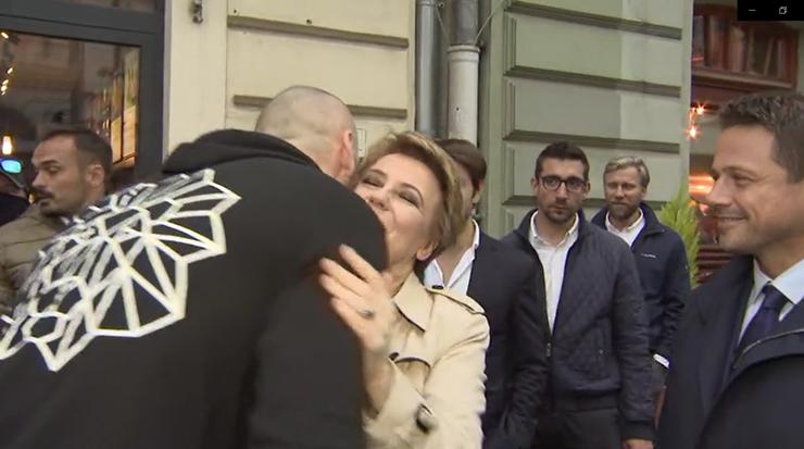 Trzaskowski, Zdanowska i... Gortat. Spotkanie na ulicy w Łodzi