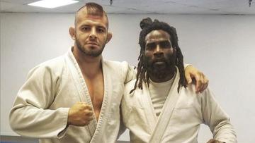 Znany zawodnik MMA aresztowany. Zaatakował partnerkę nożem